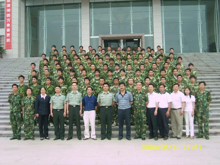 2009年娄底军分区人武部领导与学院党委书、院长、部长参加潇湘职院