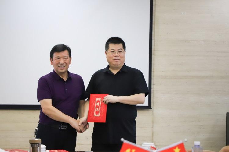 李尚益院长为廖湘科院士颁发聘书2.jpg
